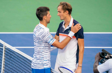 Medvedev and Djokovic share an exchange at the net (Noel Alberto/VAVEL USA)