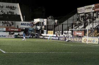 Alasia le ataja el penal a López. Fue el tercero del partido | Foto: Huaman Sosa