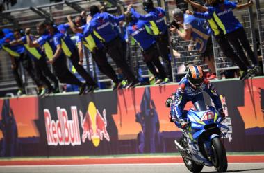 Alex Rins cruzando la meta como vencedor del gran premio de las ámericas./ Foto: motogp.com