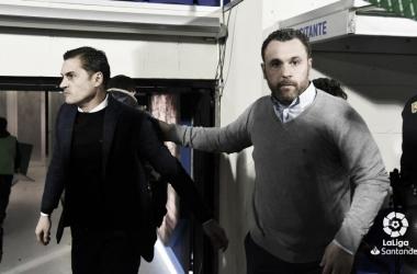 Sergio González saludando a Francisco, entrenador de la SD Huesca // Foto: La Liga