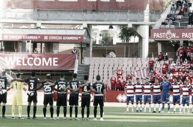 Granada y Almería guardando un minuto de silencio antes del partido   Fuente: La Liga