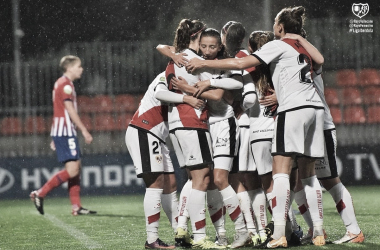 Las jugadoras del Rayo Vallecano se abrazan tras conseguir un tanto frente al Atleti | Fotografía: Rayo Vallecano