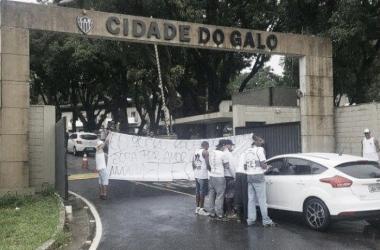 Faixas foram expostas logo na entrada da Cidade do Galo (Foto: Reprodução/Twitter @TOG_DIRETORIA)