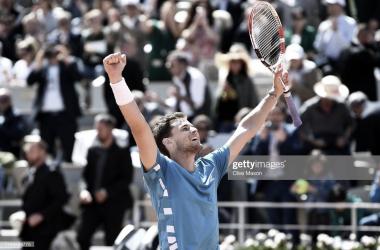 Dominic Thiem alza los brazos nada más ganar el partido. Foto: Getty Images.