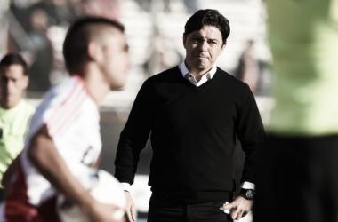 El Muñeco observando a Carreras esta tarde (Foto: River Plate Oficial).