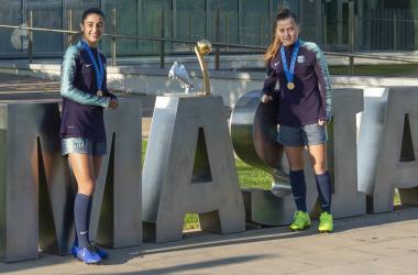 Las campeonas del mundo posan delante de La Masía | Foto: FC Barcelona Femenino