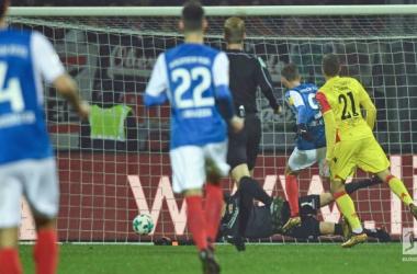 Tom Weilandt scores the opening goal for Kiel. | Photo: Bundesliga.