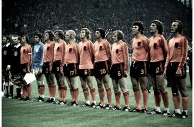 Cruyff liderando una histórica selección holandesa. | Foto: FIFA