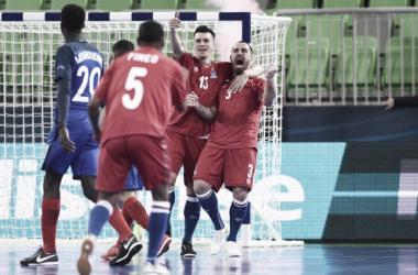 Los azeríes celebran un gol. (Fuente: Twitter: @FutsalEURO2018)