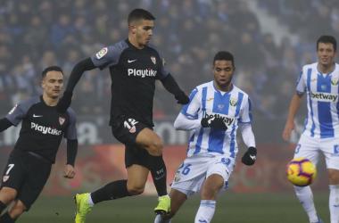 André Silva en disputa de un balón | Foto: Sevilla FC