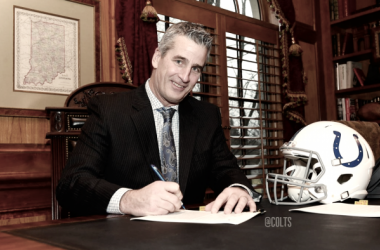 Frank Reich en la firma del contrato. Foto: Colts.