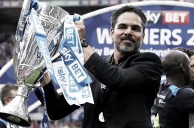 Wagner posando con el trofeo de ganador. Foto: Huddersfield Town