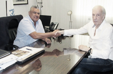TRATO. Tapia (izquierda) junto a Menotti (derecha) después de la reunión de esta mañana. Foto: Twitter AFA