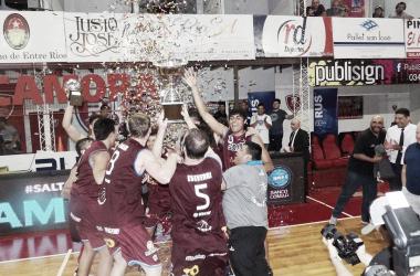El equipo de Salta levanta la copa de campeón | Foto: Liga Nacional