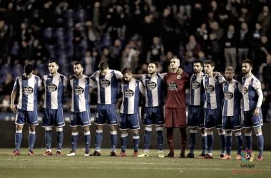 Los once titulares del Deportivo en el minuto de silencio previo al inicio del partido // LaLiga