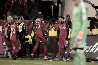 Bradley, Giovingo y Mavinga celebran junto a Osorio el gol del 2-1. / Foto: @torontofc