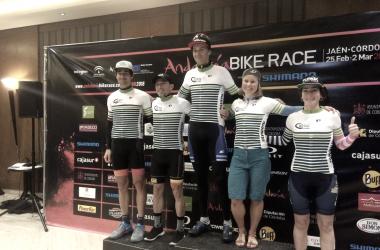 Foto protocolaria con todos los ganadores de las distintas categorías | Fuente: Andalucía Bike Race