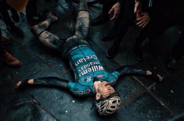 Ciclismo - Fango, fatica e crampi: Van Aert ruba la scena alla Strade Bianche