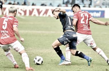 Di Lorenzo pelea por la pelota frente a Damonte.
