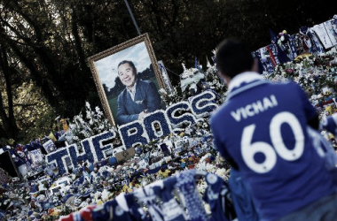 La afición del Leicester, junto a todo el equipo humano del club y otras figuras importantes de su historia, dieron su último adiós al presidente Vichai en el partido ante el Burnley / Imagen: Premier League