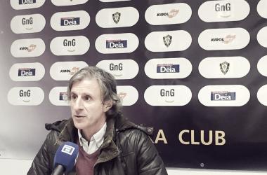Roberto Aguirre ante la prensa en Gernika (fuente CD Lealtad)