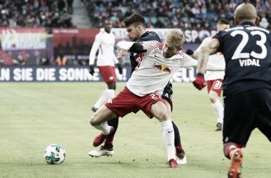 Laimer contra Bernat antes del empate | fuente: @DieRotenBullen