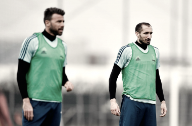 Barzagli e Chiellini durante una seduta di allenamento. Foto: Twitter JuventusFC