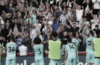 Team applauding the fans supporting. | Photo: Brighton & Hove Albion