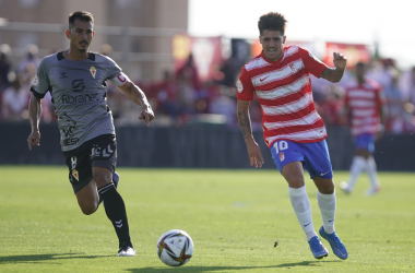 Echu intentando conducir el balón ante un rival. Foto: Pepe Villsolada / Granada CF.