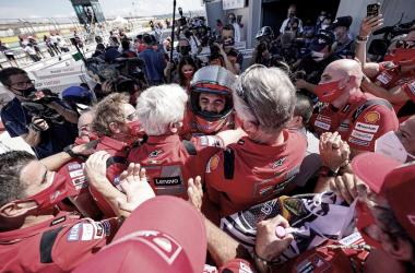 Pecco Bagnaia con su equipo celebrando la victoria | Fuente: Ducati Oficial