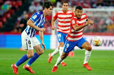 Suárez y Elustondo pugnan por un balón. Foto: Granada CF