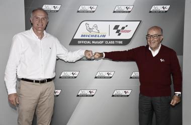 "<p class=""MsoNormal"">Florent Ménégaux y Carmelo Ezpeleta ante las cámaras, tras firmar el acuerdo hasta 2026. Foto: motogp.com<o:p></o:p></p>"