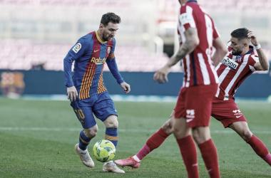 Messi en la pugna por un balón con Carrasco. | Foto: FC Barcelona