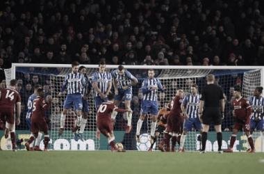 Coutinho lanzando un libre directo | Imagen: Liverpool FC