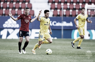 Iza disputa un balón con Oier | Cádiz CF