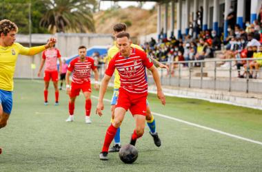 Migue García conduciendo el balón ante varios jugadores de Las Palmas Atlético. Foto: Granada CF.