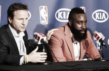 Scott Brooks y James Harden en una rueda de prensa cuando estaban en OKC | Imagen: NBA TV