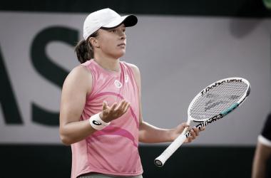 Swiatek derrota Kostyuk em sets diretos e segue em busca do bi em Roland Garros