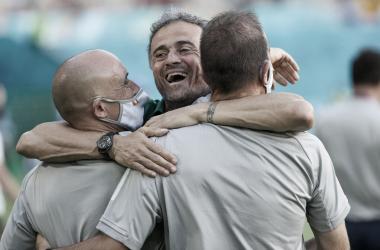 Luis Enrique celebrando la victoria con el cuerpo técnico / RFEF