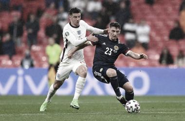 Mount y Gilmour disputan un balón / FOTO: UEFA