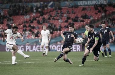 Reece James lanzando un balonazo con muy buena dirección / Foto: UEFA