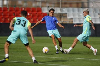 Milla peleando un balón con Monchu durante el partido de entreno. Foto: Pepe Villoslada / Granada CF.
