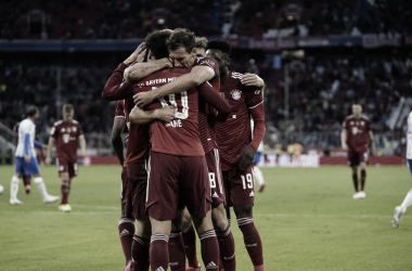 Los jugadores del Bayern abrazados y celebrando / Foto: @FCBayern