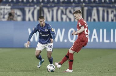 Schalke sai na frente com pênalti polêmico, mas amplia sina e empata com Bayer Leverkusen