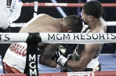 El perfecto gancho al hígado de Stevenson a Caraballo que acabó con el combate (Foto: Mikey Williams - Top Rank)