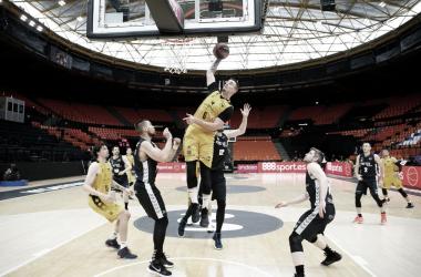 Bilbao Basket se mantiene vivo tras vencer a Iberostar Tenerife