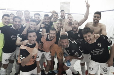 Los jugadores arlequinados celebran la victoria en Sagunto | Foto: CD Ebro
