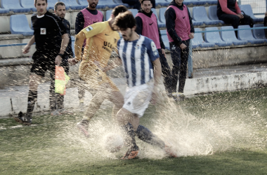 Lucha por el esférico entre Julen Colinas y un futbolista de El Écija. Foto: UCAM Murcia.