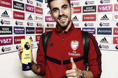 """Dani Ceballos recibiendo el """"Man of the Match"""" / Fuente: @Arsenal"""