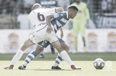 Aketxe, principal referencia en ataque, disputa un balón durante el partido contra el Albacete | LaLiga Smartbank